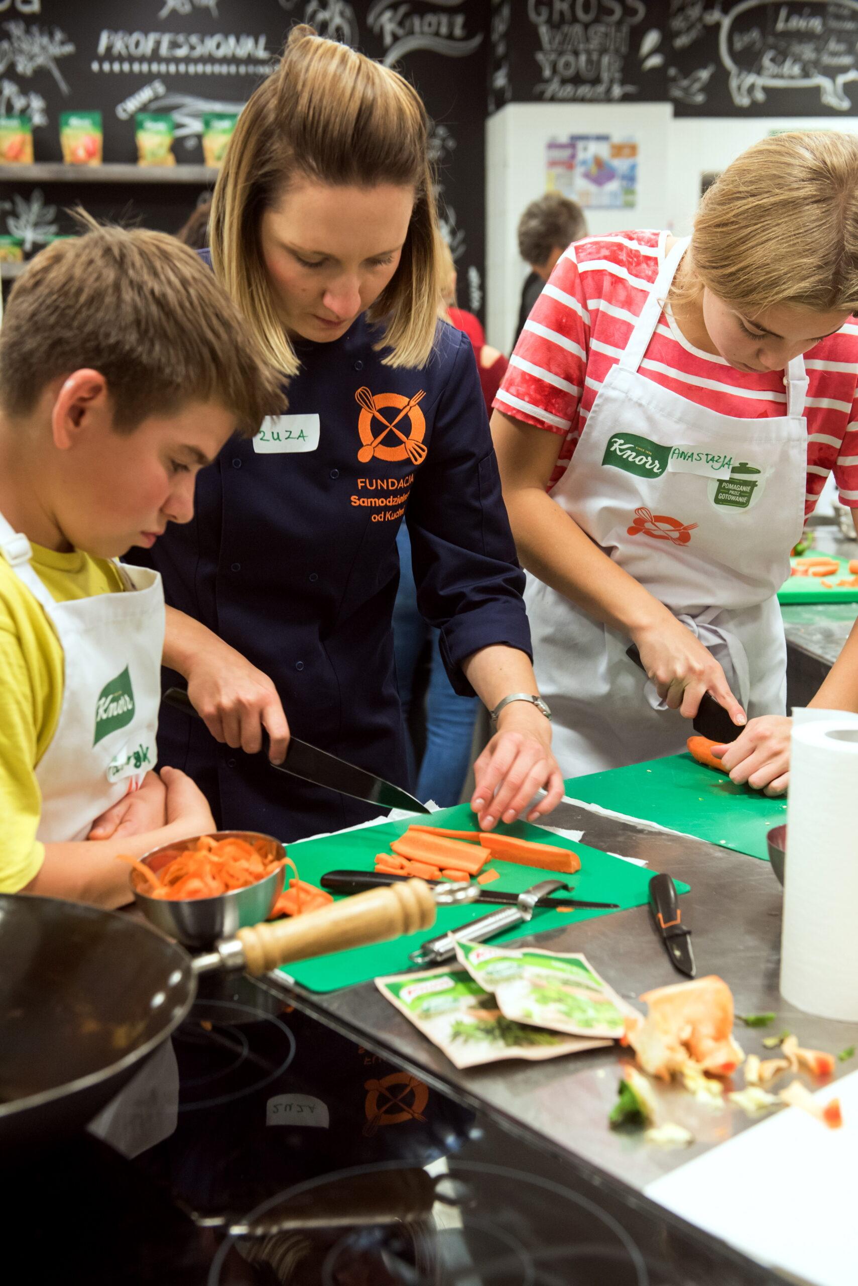 Warsztaty gotowanie młodzież krojenie