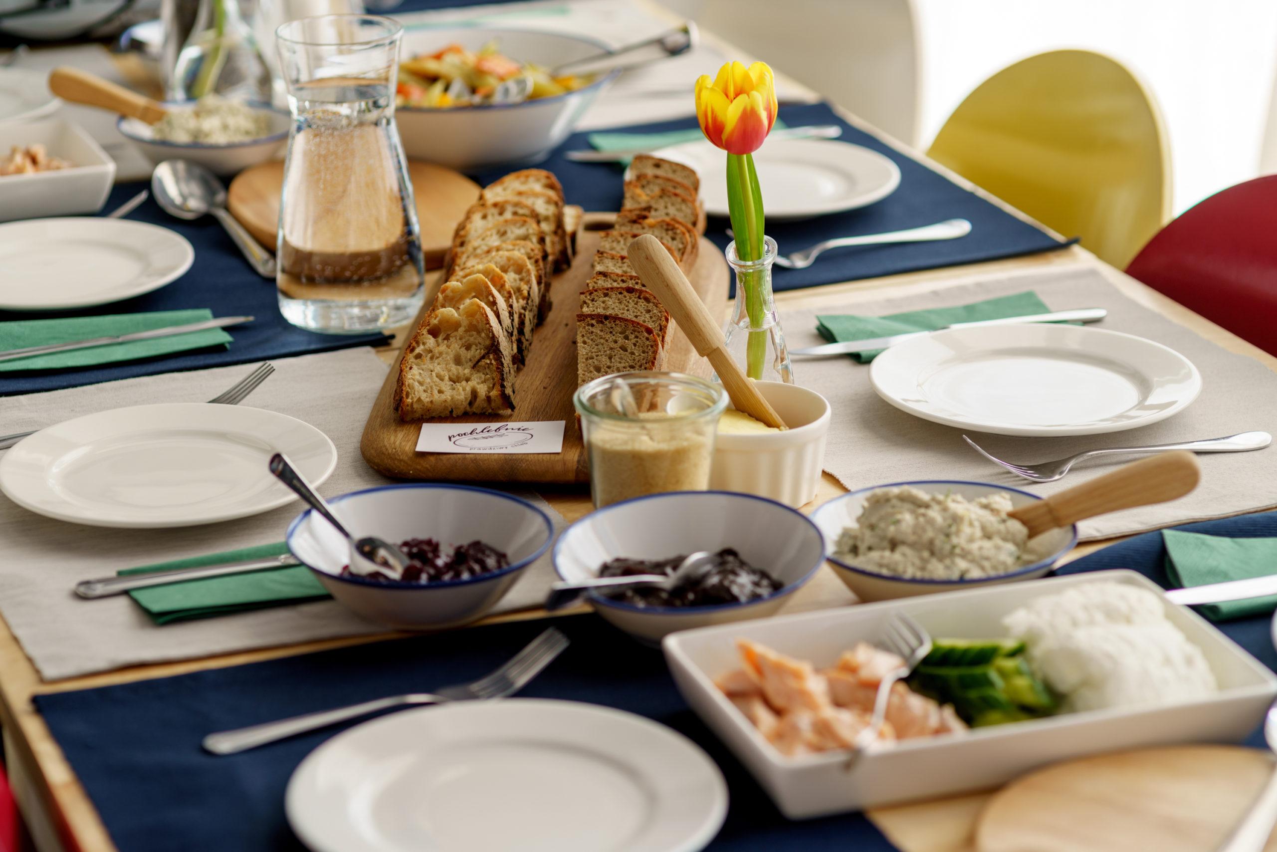 stół chleb talerze pochlebnie