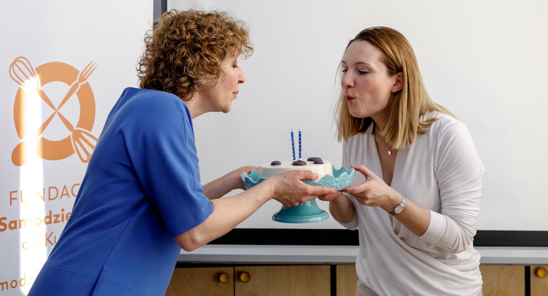 urodziny fundacji tort świeczki